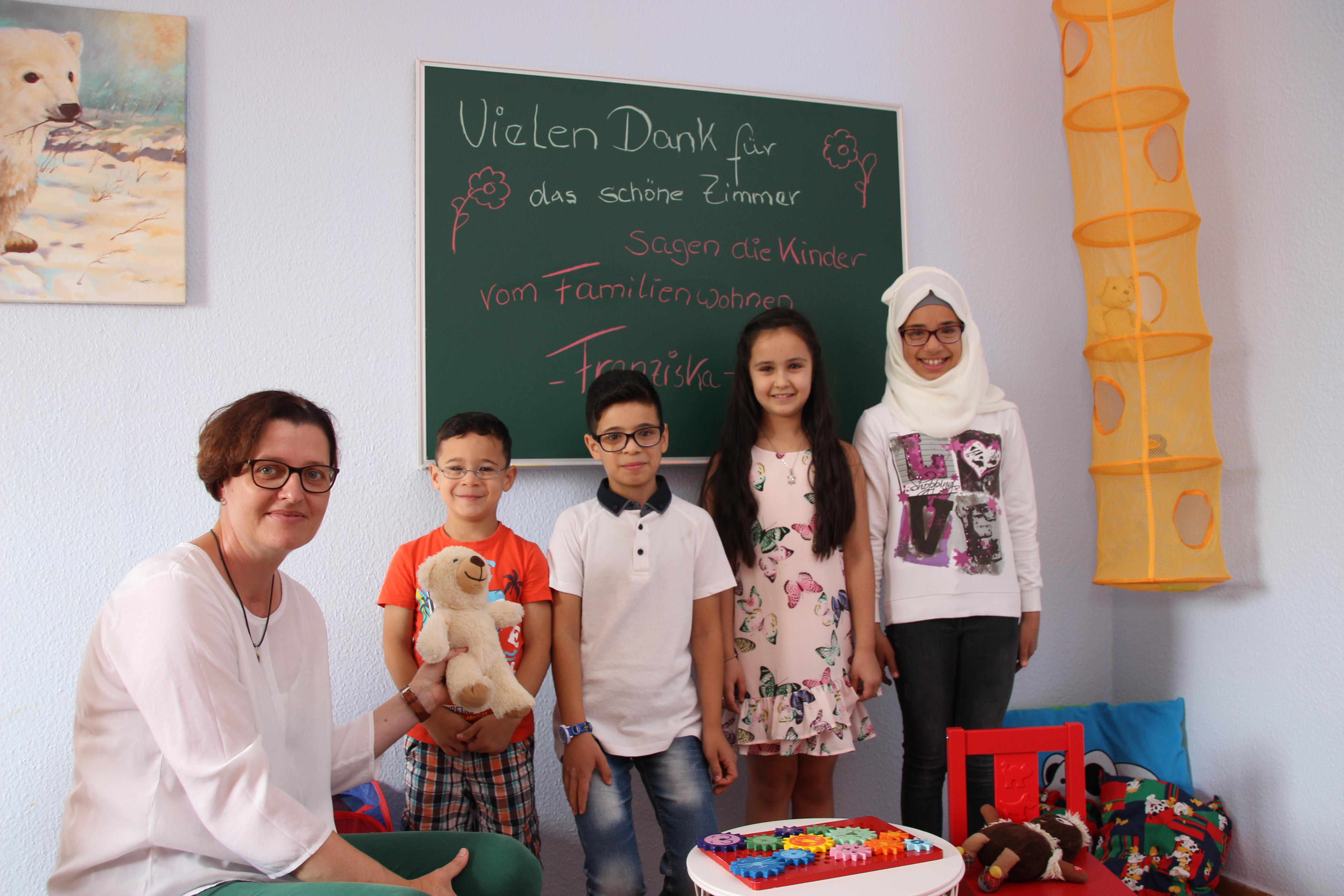 Bezirksstadträtin Birgit Monteiro (SPD) erobert gemeinsam mit den Kindern das neue Spielzimmer. Foto: BA Lichtenberg