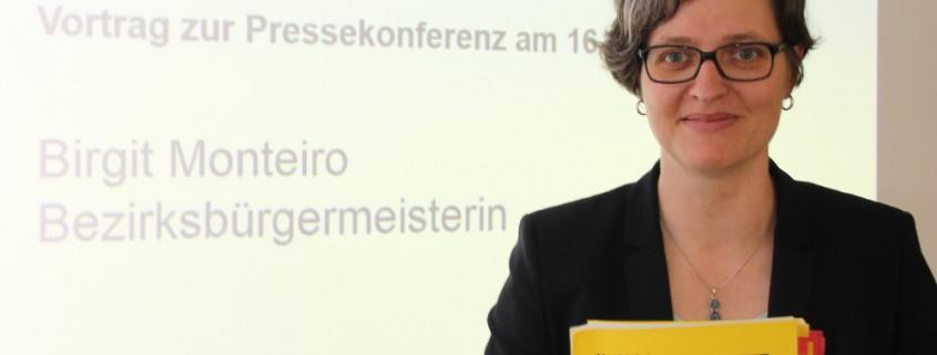 Frau Monteiro hält das 438 Seiten starke Haushaltsbuch in der Hand
