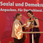 Foto: Birgit Monteiro überreicht Anna Franziska Schwarzbach den  Frieda-Rosenthal-Preis