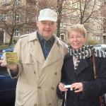 Foto: Gerry Tannen und Kathrin Söhnel mit dem Stolperstein für Willi Klüsener